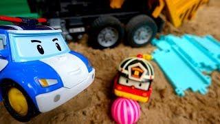 Мультики про машинки. Поли робокар и Рой играют с мячом.