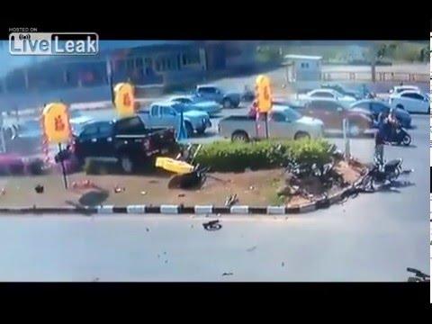 Xe máy gặp tai nạn thảm khốc vì cắt mặt ô tô