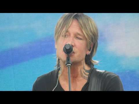 Keith Urban singing 'Blue Aint Your Color'...