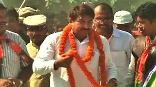 Manoj Tiwari encashes his popularity in Bihar by singing songs at rallies