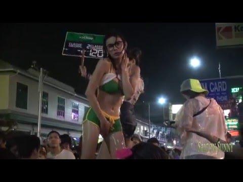 hotgirl thái lan khoe ngực khủng trong lễ hội