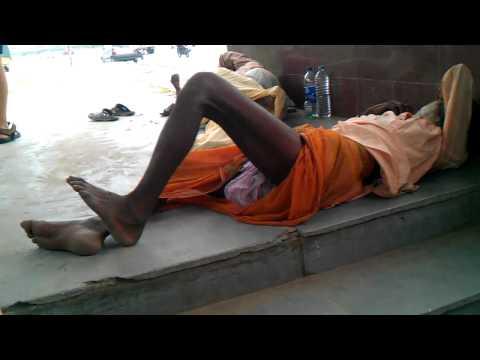 Poor people in India sleep on streets