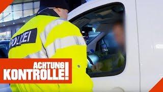 Die polizei ist auf der suche nach autofahrern, bei rot über ampel fahren. ein fahrer knapp 2 sekunden dem rot-zeichen gefahr...