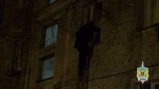 В СЕРГИЕВОМ ПОСАДЕ спецназ взял штурмом квартиру девушки-наркодилера