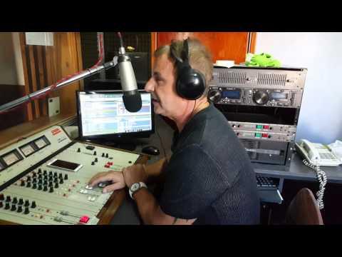 Orlando Mayer haciendo radio