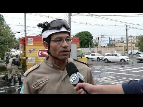Kombi pega fogo no Centro de Campo Grande