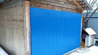 Ворота в гараж открываются наружу,закрываются без щелей,в нахлёст,своими руками,из профнастила.