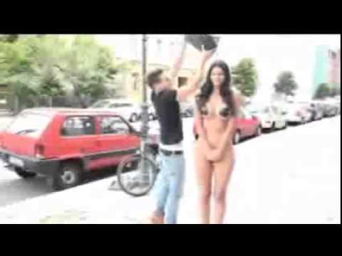 Modelo Alemana Se Desnuda Para El Reto Del Ice Bucket Challenge