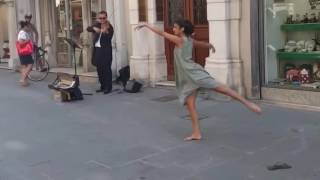 Ballerina from Palestine could not resist the melody of a street musician in Italy thumbnail