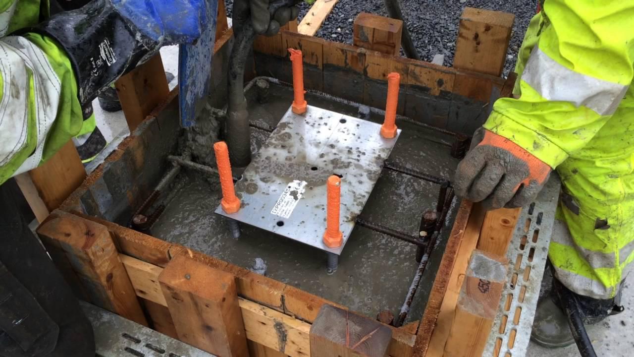 Gjutning av plint med fixerade grundskruvar - YouTube