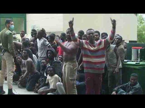 500 inmigrantes saltan la valla y entran en Ceuta