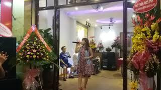 Ca sĩ Hoàng Hoa hát Khai Trương KS Sen.Q.1 của Quốc Nguyễn - 20170325