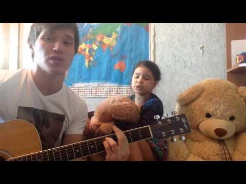 Брат с сестренкой поют песню маме.