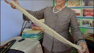 Người phụ nữ Hà Nội đầu tiên dệt lụa từ tơ sen: 4.800 cuống sen cho một chiếc khăn quàng cổ.