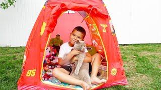 Егорка играет со странной игрушечной палаткой