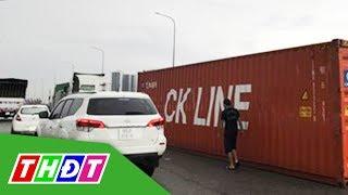 Thùng container rơi đè trúng xe tải, tài xế nói do... gió thổi   THDT