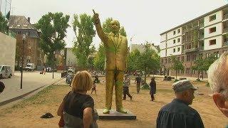 Biennale: Goldene Erdogan-Statue mitten in Wiesbaden aufgestellt