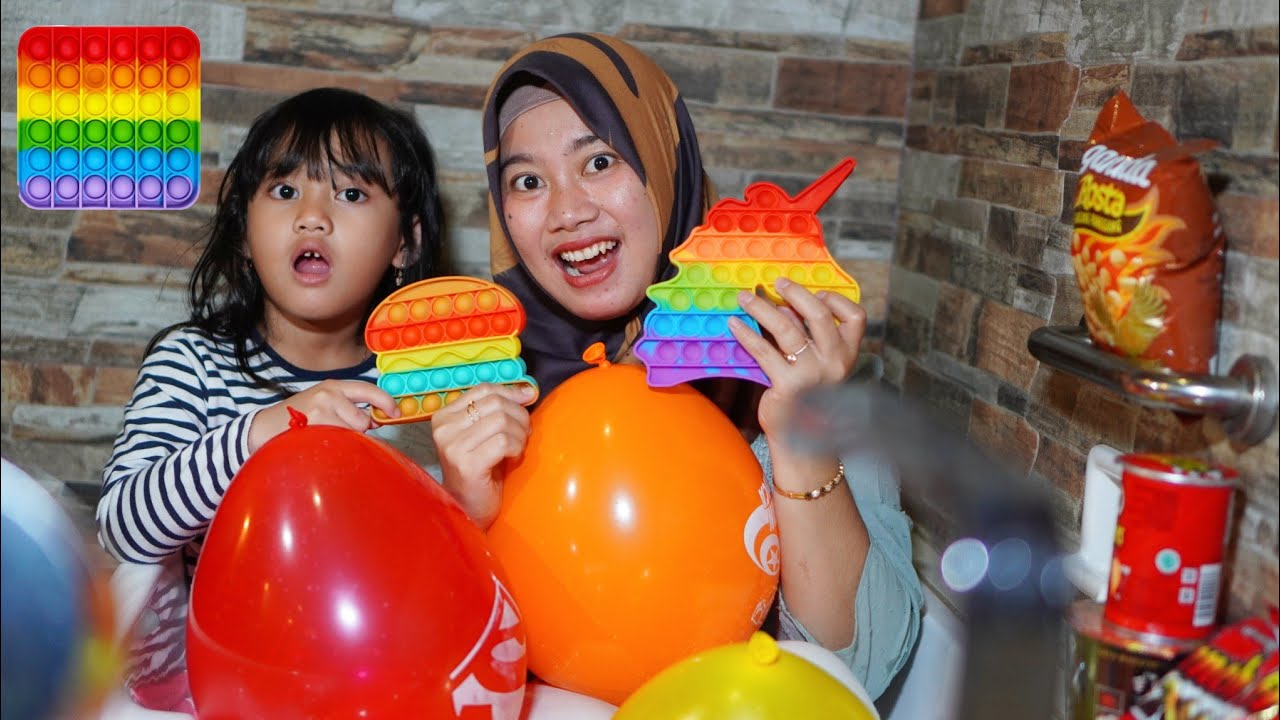 TANTANGAN POP IT DAN MAIN PECAH BALON DIKAMAR MANDI - Olike Edu Tab | Salsa and Family