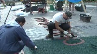 Как создаются рисунки и надписи на площадках с помощью резиновой крошки