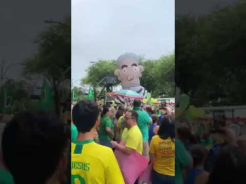 Manifestantes comemoram enquanto Pixuleco é inflado em Natal