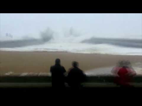 La vague qui a semé la panique à Foz de Douro (Portugal)