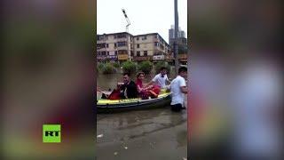 Tres parejas se casan bajo las lluvias torrenciales en China