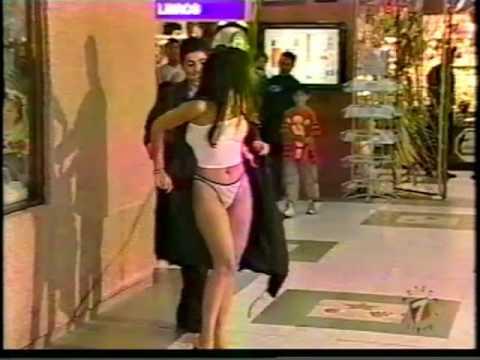 Una chica subiendo la escalera y le suben la falda - 2 part 1