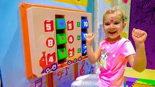 Diana y Roma se divierten jugando en el área de juegos para niños