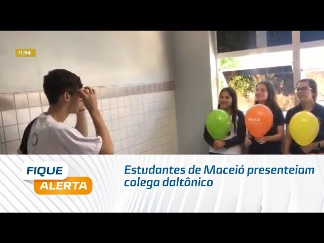 Estudantes de Maceió presenteiam colega daltônico com óculos especiais