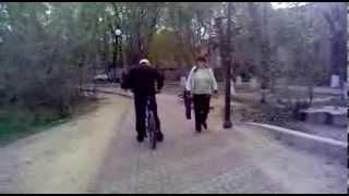 Пьяный дед на велосипеде :D(Это было еще летом, просто полазил в старом телефоне и нашел., 2014-01-28T13:25:35.000Z)