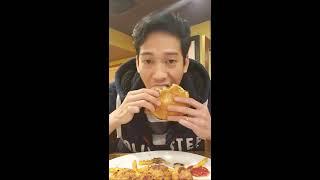 ăn bánh mỳ Siêu to Khổng lồ