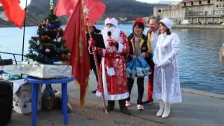 �������� ���� Дед Мороз поздравляет моржей с Новым годом в Балаклавской бухте ������