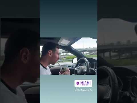 Messi maneja tomando mate por Miami