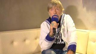 Renaud ému aux  larmes en évoquant son père au Festival