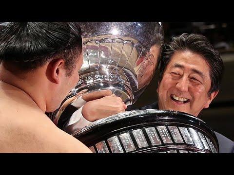 شاهد: شينزو آبي يصارع لتسليم كأس بطولة للسومو في طوكيو  - نشر قبل 9 ساعة