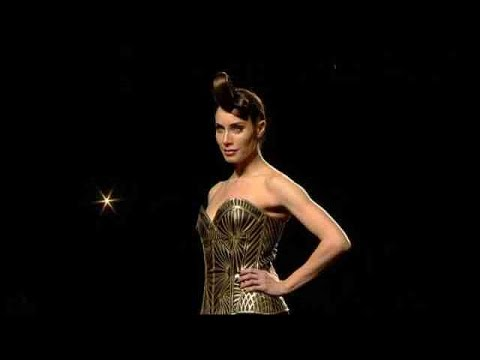 Maya Hansen lleva un corsé en 3D a Madrid Fashion Week