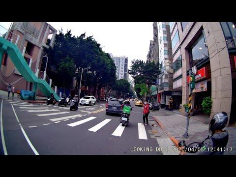 行車不讓行人穿越道的行人(台北市民權東路林森北路口)