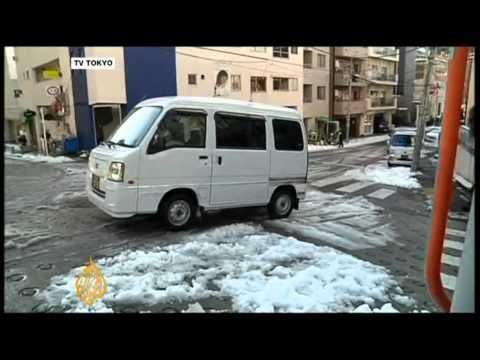 Tokyo struggles with heavy snowfall