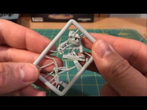 Building the Jokaero Weaponsmith +chats: Jokaero and Finecast (WH40K, Citadel Miniatures)
