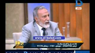 شاهد.. الشيخ عبد الفتاح الحسيني أمام مسجد وكوافير حريمي فى ذات الوقت