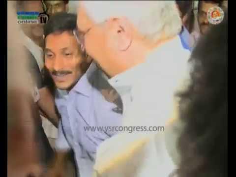 YS Jagan consoles Undavalli Arun Kumar at his Residence in Rajahmundry - 12th July 2016