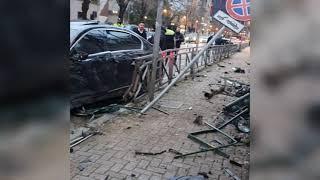 Top News - Tiranë, aksidenti i frikshëm/ Pamjet, kalimtarja shpëton për mrekulli