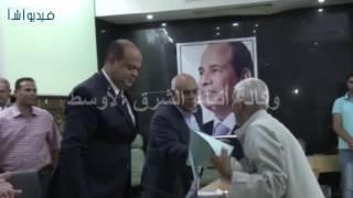 بالفيديو : محافظ مطروح يكرم الموظفين المحالين للمعاش