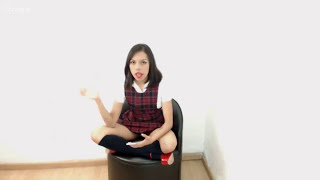 Chavita Sentada mostrando calzones blancos