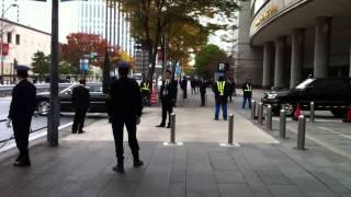 APEC横浜 ホテル駐車場から出庫するオバマ大統領の車列 thumbnail