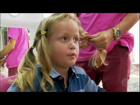 Menino deixa cabelo crescer para doar a crianças com câncer