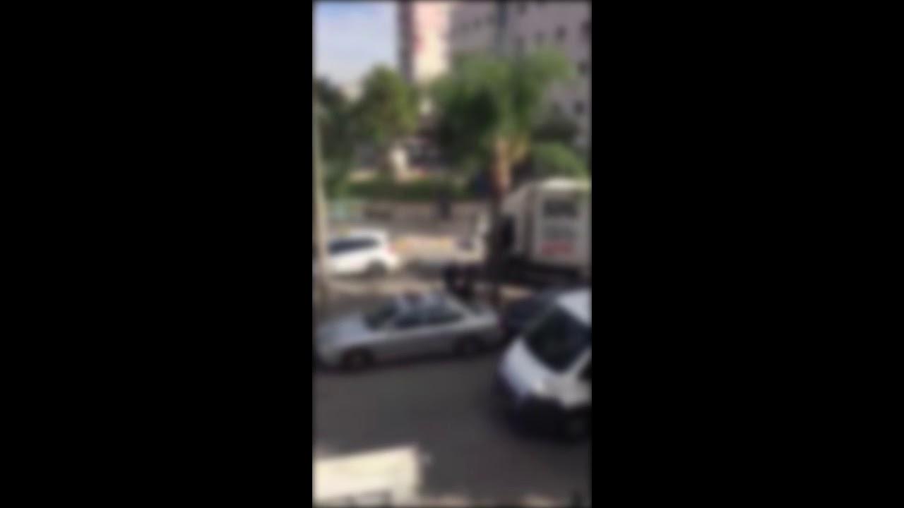 """שוטרים עוצרים נהג משאית בפ""""ת. צילום: שיתוף אנשי הדממה. מתוך הרשת החברתית"""