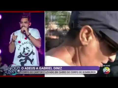 Homem tenta roubar celular de repórter ao vivo durante velório de Gabriel Diniz