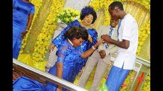 Alichokifanya Bishop Dr  Gertrude Rwakatare wakati Lucy akivishwa pete ya uchumba na Omary