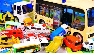 はたらくくるま おもちゃ アニメ 大きなバスでおでかけをしよう♪ パトカー 救急車 ごみ収集車などが登場!